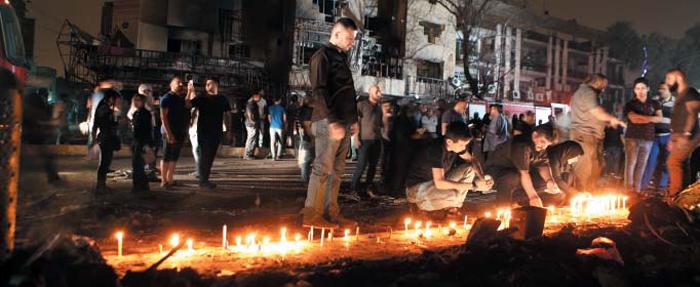3일 일어난 자살 폭탄 테러로 최소 213명이 숨진 이라크 수도 바그다드 번화가인 카라다에서 시민들이 촛불을 켜고 희생자들을 추도하고 있다.