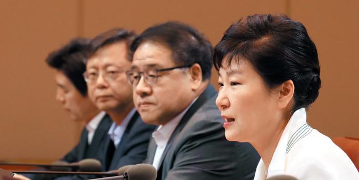 박근혜 대통령이 11일 청와대 집현실에서 수석비서관 회의를 주재하며 모두 발언을 하고 있다.