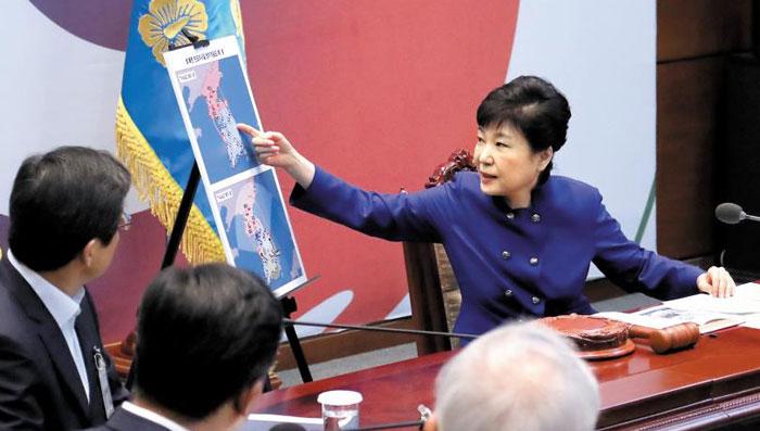 박근혜 대통령이 14일 몽골 방문을 위해 출국하기 앞서 청와대에서 국가안전보장회의(NSC)를 주재하며 사드 배치 결정과 관련한 후속 대책을 점검하고 있다.