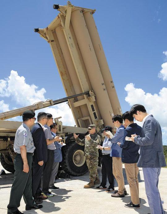 한국 국방부 관계자와 취재진이 18일 미국령 괌 앤더슨 공군기지에 배치된 사드(THAAD·고고도 미사일방어체계) 발사대 앞에서 미군의 설명을 듣고 있다.