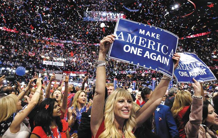 21일(현지 시각) 미국 오하이오주(州) 클리블랜드 농구 경기장인'퀴큰론스 아레나'에서 열린 공화당 전당대회에서 대선 후보로 공식 지명된 도널드 트럼프가 후보 수락 연설을 하는 도중 대의원들이'미국을 다시 하나로(Make America One Again)'라고 적힌 피켓을 들고 환호하고 있다.