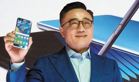 2일 오전(현지 시각) 미국 뉴욕 맨해튼 해머슈타인볼룸에서 열린 삼성전자 갤럭시노트 공개 행사에서 고동진 무선사업부장(사장)이 새로 출시된 갤럭시노트7을 들어 보이고 있다.