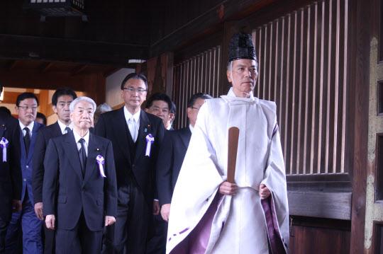 일본 '다함께 야스쿠니신사를 참배하는 국회의원 모임' 소속 의원들이 15일 오전 11시 야스쿠니(靖國)신사를 집단으로 참배했다./연합뉴스