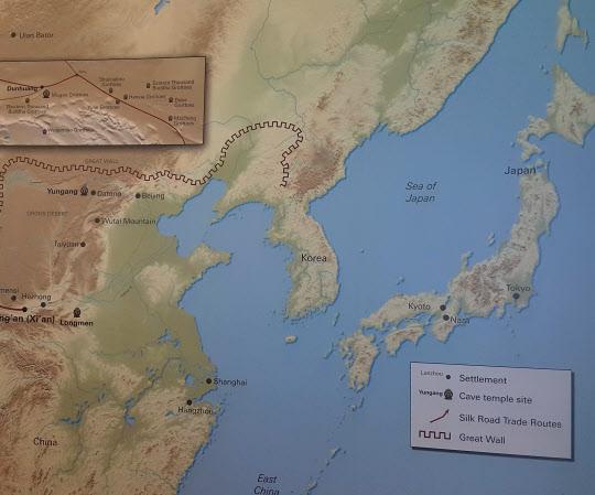 미국의 '폴 게티 뮤지엄'에서 '둔황(敦煌) 동굴 사원: 중국 실크로드의 불교 미술' 특별 전시회가 열렸다. 전시회 대형벽면 한쪽에 만리장성이 한반도까지 뻗은 왜곡된 세계지도가 설치돼 있다. /반크 제공
