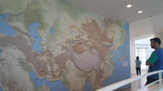 미국의 '폴 게티 뮤지엄'에서 한 관람객이 왜곡된 세계지도를 관람하고 있다. /반크 제공