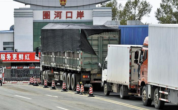 對北 제재에도… 중국서 북한으로 줄지어 들어가는 트럭들 - 10일 중국 지린성(吉林省) 훈춘시의 취안허(圈河) 세관 입구에서 트럭들이 북한으로 들어가기 위해 통관을 기다리고 있다. 북한이 5차 핵실험을 한 이후 국제사회에서는 북한에 대해 더 강도 높은 제재를 취해야 한다는 여론이 높아지고 있다.