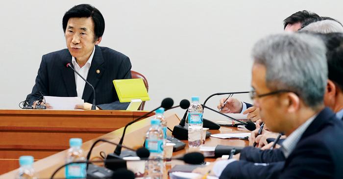 윤병세(왼쪽) 외교부 장관이 지난 10일 서울 종로구 외교부 청사에서 열린 긴급 북핵 대책회의에서 발언하고 있다.