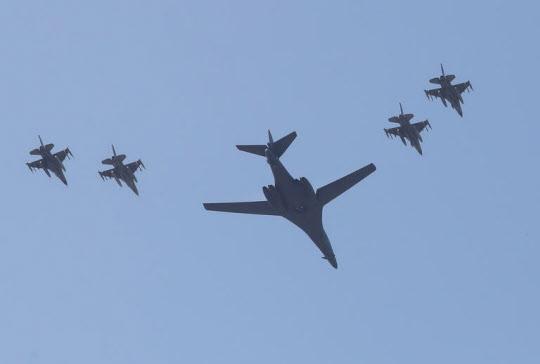 북한의 5차 핵실험에 대응해 출동한 미국의 장거리 전략폭격기 B-1B '랜서'가 13일 오전 경기도 평택시 주한미군 오산공군기지 상공을 비행하고 있다./연합뉴스