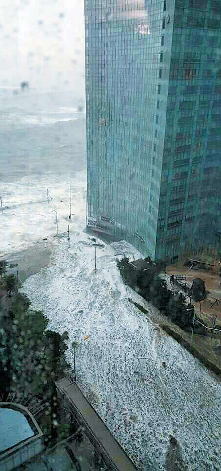 태풍'차바'가 밀고 온 바닷물이 5일 오전 부산 해운대구의 한 고층 주상복합 아파트 단지 안쪽까지 밀려 들어온 모습.
