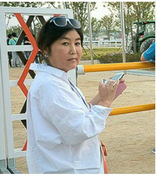 <사진1>스마트 폰을 들고 있는 최순실씨.