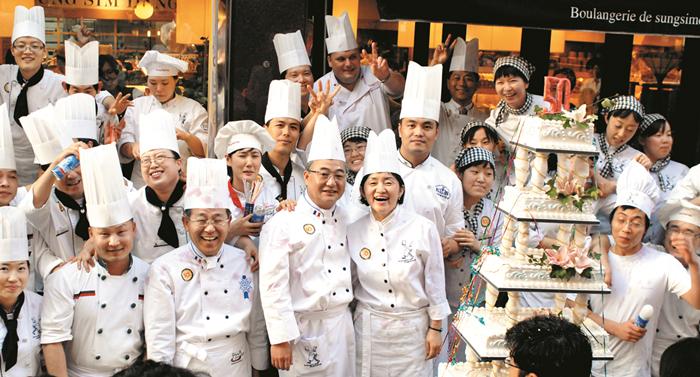 2006년 성심당 50주년 행사 모습. 임영진·김미진 부부(사진 가운데)와 직원들이 케이크를 나누며 화재를 딛고 일어선 성심당의 50년을 자축했다.