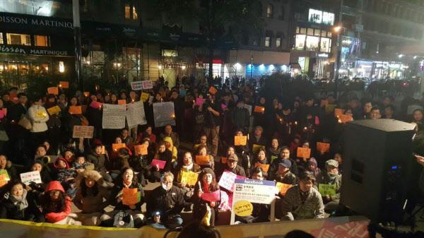 11일(현지 시각) 밤  미국 뉴욕 맨해튼 코리아타운 입구에서 교민과 유학생 등 200여 명이 박근혜 대통령 퇴진을 촉구하는  촛불 시위가 열리고 있다./연합뉴스