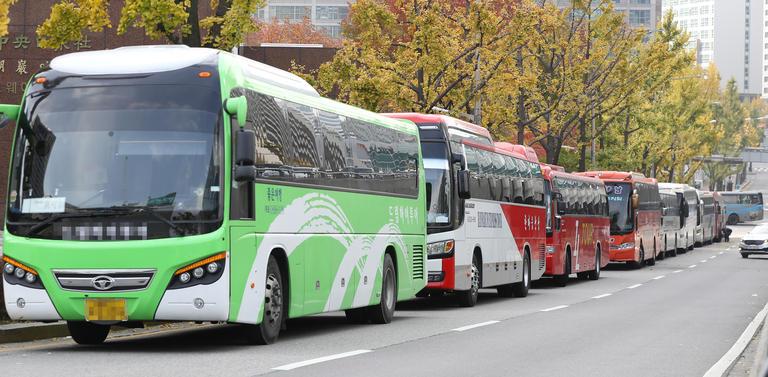 12일 오후 서울 중구 호암아트홀 주변에 상경투쟁 시민들이 타고온 버스들이 주차돼 있다./연합뉴스