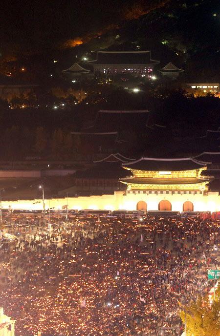12일 오후 박근혜 대통령-최순실 게이트를 규탄하는 집회가 전국적으로 열리고 있는 가운데 서울 광화문 뒤로 청와대 건물이 보인다. 이날 촛불집회에 100만명이 운집했다는 사실은 지하철 승객통계로도 증명된 것으로 보인다./연합뉴스