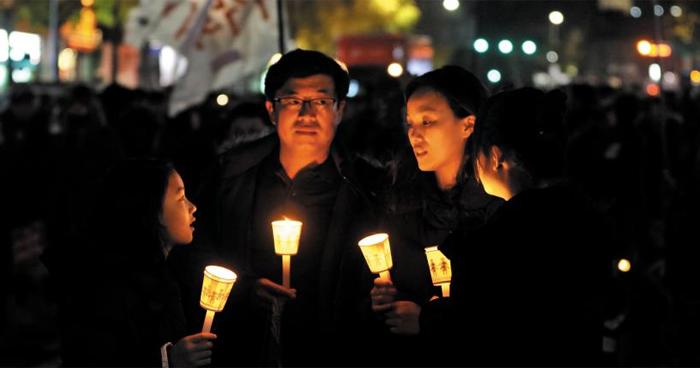 가족이 함께 든 촛불 - 12일 오후 광화문광장에서 가족으로 보이는 참가자들이 촛불을 들고 모여 있다. 이날 집회는 가족 단위뿐 아니라 학생·연인·친구 등 평소 도심 시위에 적극적으로 참여하지 않았던 사람들이 주류를 이뤘다.