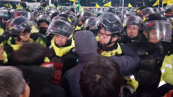 경찰 추산 27만명, 주최측 추산 150만명이 참가한 사상 최대 규모의 5차 촛불집회가 평화 시위로 끝났다. 일부 참가자들은 경찰이 수고했다며 포옹을 하기도 했다./주형식 기자