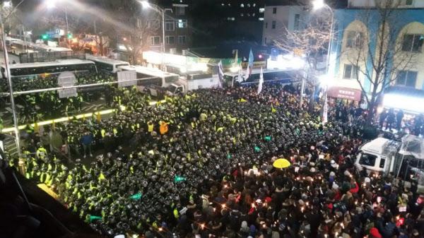 제5차 촛불집회에 참석한 시민들은 광화문광장에서 열린 본 집회가 오후8시에 끝나자 청운동과 삼청동 두 방향으로 나뉘어 2차 행진을 시작했다./주형식 기자