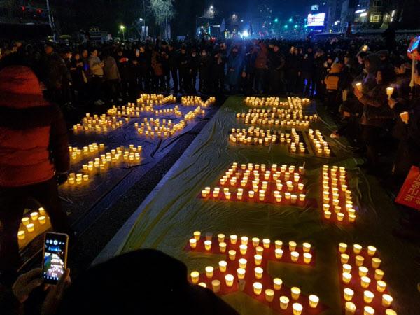 제5차 촛불집회에 참석한 시민들이 박근혜 대통령의 퇴진을 요구했다./권승준 기자