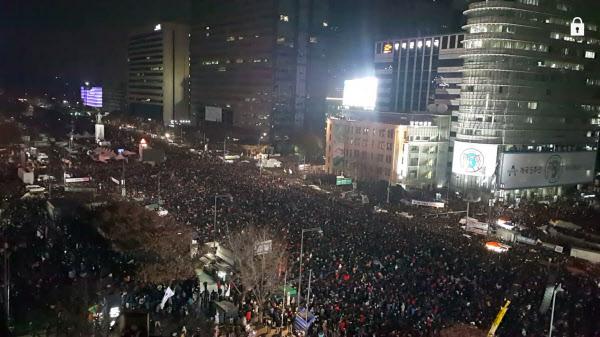 제5차 촛불집회에서 오후 8시가 되자 시민들이 1분동안 불을 끄고 대통령의 퇴진을 촉구했다./권선미 기자