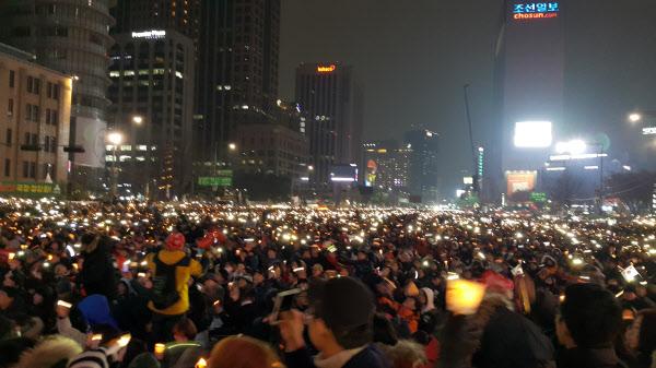 제5차 촛불집회에 참석한 시민들이 1분간의 소등 이후 '진실은 침몰하지 않는다'는 노래를 부르며 박근혜 대통령의 퇴진을 촉구했다./손호영 기자