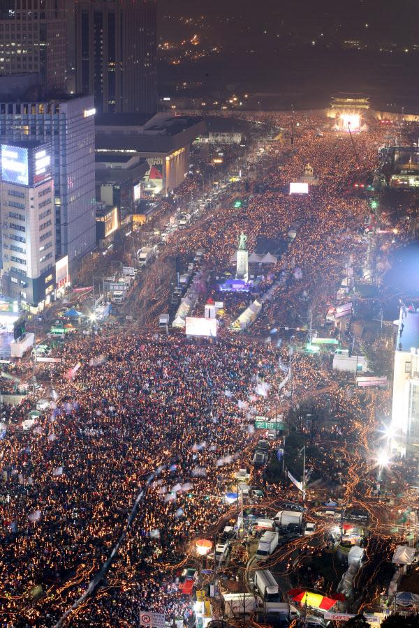 26일 서울 광화문 광장에서 열린 5차 촛불집회에 참여한 시민들./뉴시스
