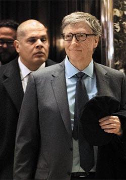13일(현지 시각) 마이크로소프트(MS) 창업자인 빌 게이츠가 뉴욕 트럼프 타워에서 도널드 트럼프 미국 대통령 당선인을 만난 후 로비를 나서고 있다.