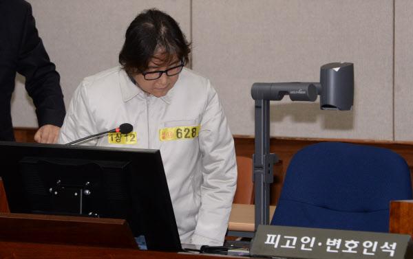 19일 오후 서울 서초구 서울중앙지법 417호 대법정에 출석한 최순실씨가 피고인석에 앉고 있다./사진공동취재단