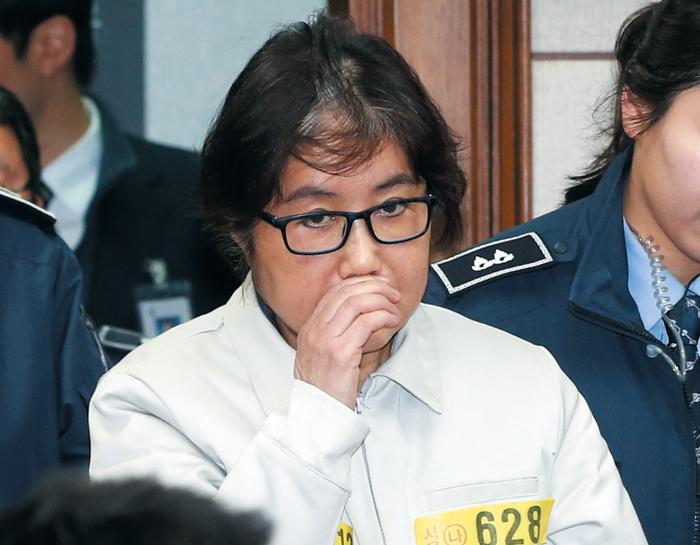 '국정 농단' 사건의 장본인 최순실씨가 19일 오후 서울중앙지법 대법정에 수의(囚衣) 차림으로 들어서고 있다.