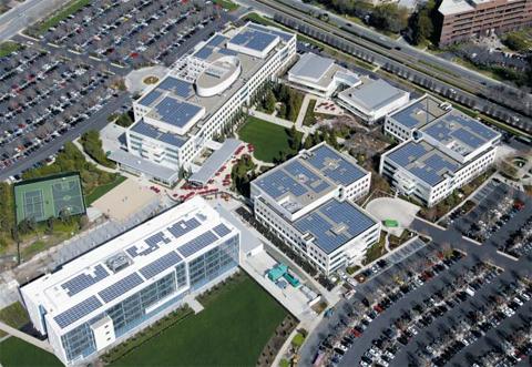 미국 캘리포니아 샌머테이오시에 있는 태양광 기업 솔라시티 본사. 건물 옥상과 외벽이 온통 태양전지 패널로 덮여 있다. 일론 머스크 테슬라 창업자는 올해 솔라시티를 합병하면서 태양광으로만 에너지를 자급자족할 수 있는 마을을 만들겠다고 밝혔다.