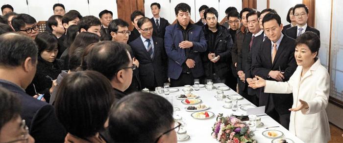 대통령 취임 후 첫 신년간담회 - 박근혜 대통령이 1일 오후 청와대 상춘재에서 출입기자단과 신년인사회를 겸한 간담회를 하면서 기자들의 질문에 답하고 있다. 박 대통령은 40여분간 질문에 답하면서 탄핵소추 사유와 관련된 각종 의혹을 반박했다.