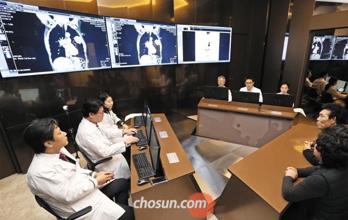 닥터 왓슨의 처방은… 의료진 설명 듣는 환자 - 11일 오후 인천 가천대 길병원 인공지능 암센터 다학제진료실에서 의료진이 암 환자와 가족들에게 인공지능 '왓슨(Watson)'이 제시한 치료 과정을 설명하고 있다. 길병원은 지난해 11월 중순부터 대장암·위암·폐암·유방암·자궁경부암 등 5개 암 환자 85명에 대해 왓슨이 분석한 처방을 확인하고, 이를 의료진 처방과 비교하면서 진료하고 있다.