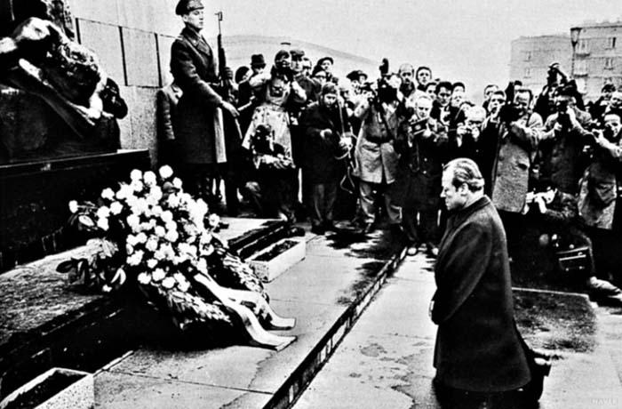 1970년 12월 7일 폴란드 바르샤바를 방문한 서독 빌리 브란트 총리가 2차 세계대전 유태인 희생자 위령탑에서 헌화하다 무릎을 꿇고 있다. /조선일보 DB