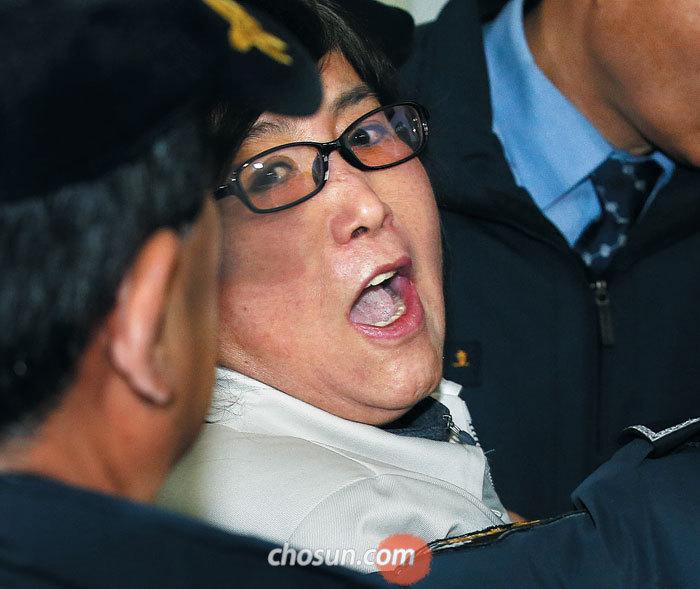 특검에 강제 구인된 최순실씨가 25일 오전 11시 15분쯤 서울 대치동 특검 사무실로 들어가면서 취재진을 향해 소리치고 있다.