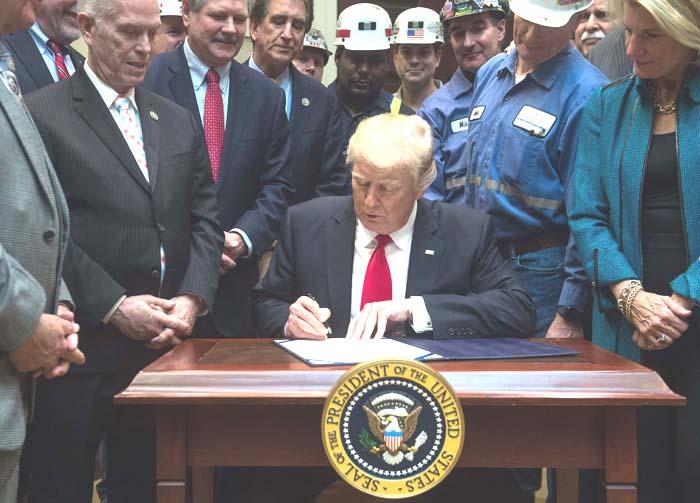 도널드 트럼프 미국 대통령이 16일(현지시각) 백악관에서 광산업에 대한 규제를 없애는 법안에 서명하고 있다. /AFP 연합뉴스