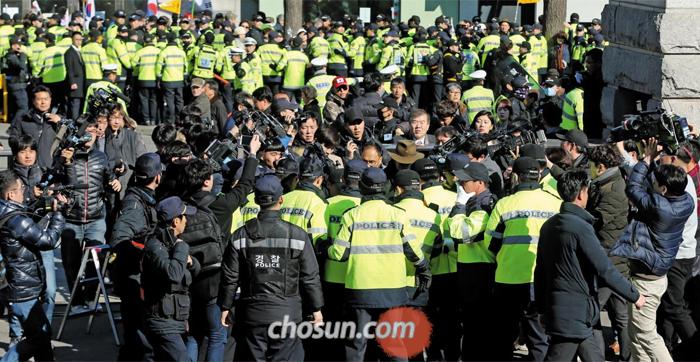 시위대 일부 헌재 진입 시도 - 27일 서울 종로구 헌법재판소 앞에서 경찰이 헌재 안으로 난입하려는 30여명의 보수 단체 회원들을 제지하고 있다.