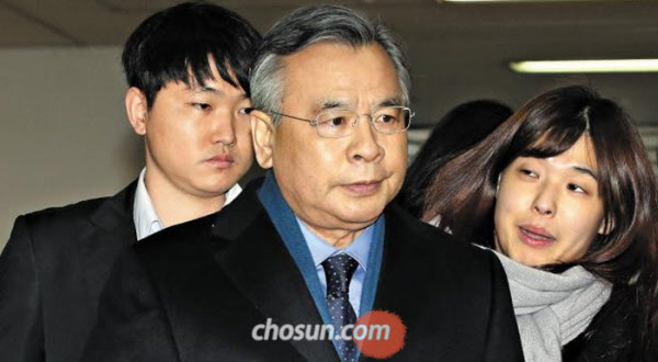 박근혜 대통령의 300억 뇌물 수수 혐의를 놓고 네티즌들이 대립하고 있다. /조선DB