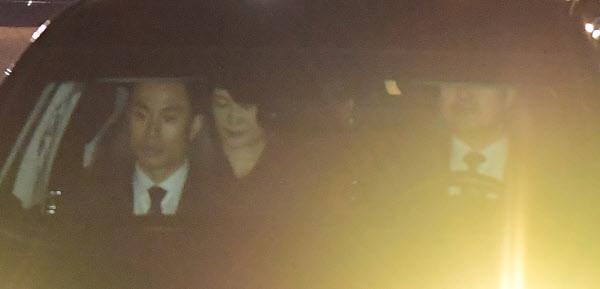 박근혜 전 대통령이 12일 오후 차량에 탑승해 청와대를 떠나고 있다. /연합뉴스
