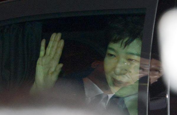 박근혜 전 대통령이 12일 오후 차량에 탑승한 채 사저 앞 지지자들에게 손을 흔들어 인사하고 있다. /뉴시스