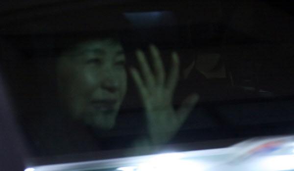 박근혜 전 대통령이 12일 오후 차량에 탑승한 채 사저 앞 지지자들에게 손을 흔들어 인사하고 있다. /연합뉴스