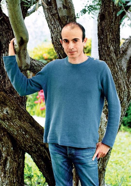 자신의 집 마당 올리브 나무 앞에 선 유발 하라리 교수.