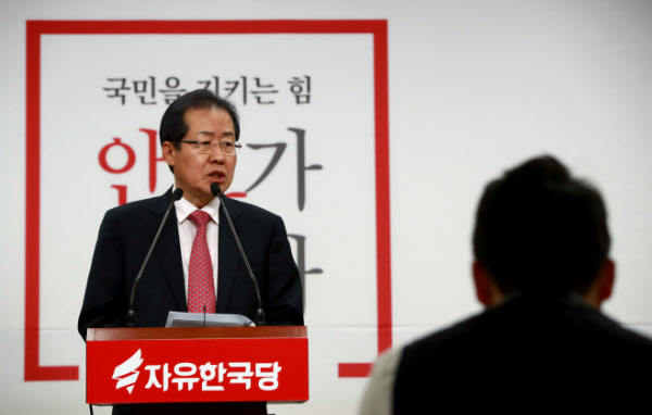 홍준표 경남도지사가 24일 서울 여의도 자유한국당사에서 검찰개혁과 관련한 정책 공약을 발표하고 있다. /연합뉴스
