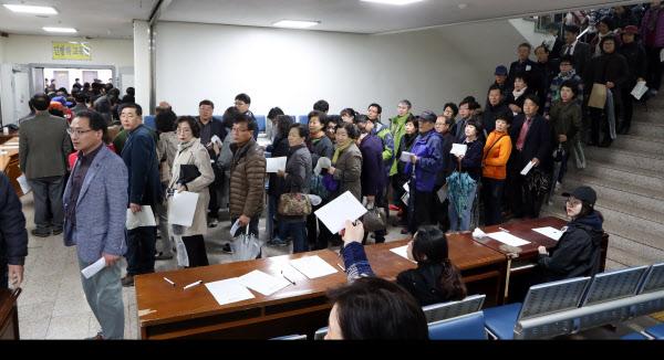 /연합뉴스  국민의당 대선후보 선출을 위한 전국 순회경선이 시작된 25일 광주 동구청 지하에 마련된 현장투표소 모습.