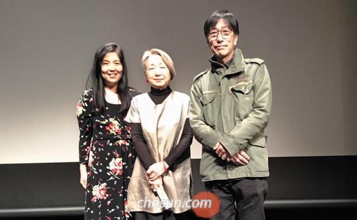 30일 도쿄 신주쿠구 주일 한국문화원 소극장에서 열린 다큐멘터리 영화 '가케하시' 시사회를 마치고 영화 제작자 이토 시게토시(오른쪽)씨가 영화 제작에 참여한 제작진과 무대 인사를 하고 있다.