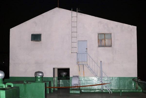 인천에서 실종 신고가 접수된 8살 여자 초등학생이 흉기에 찔린 채 시신이 훼손된 상태로 발견됐다. 인천 연수경찰서는 살인 및 사체유기 혐의로 용의자 A(16·여)양을 긴급체포해 조사하고 있다고 30일 밝혔다. 사진은 시신이 발견된 인천시 연수구의 한 아파트 옥상 물탱크 시설 모습. /연합뉴스