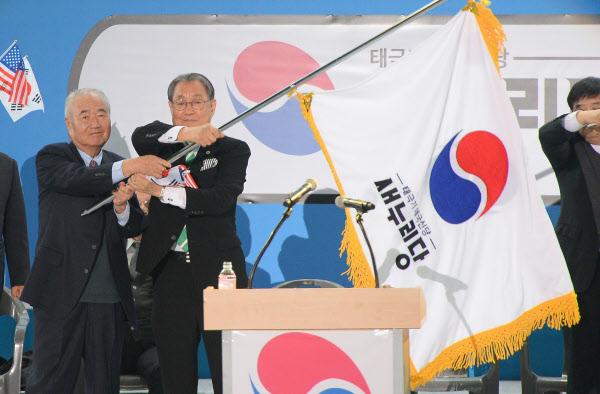 5일 오후 서울 장충체육관에서 열린 새누리당 창당대회에서 권영해, 정광택(오른쪽) 공동대표가 당기를 흔들고 있다./뉴시스