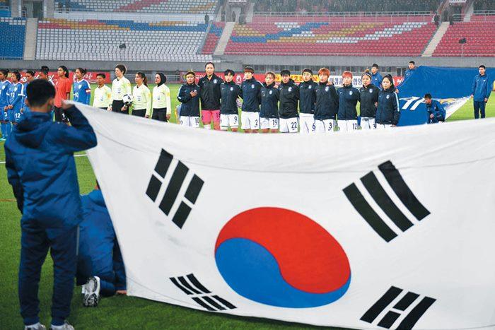 북한 축구의 성지 김일성 경기장에 사상 처음 애국가가 울려 퍼졌다. 5일 열린 여자 아시안컵 예선 인도와의 경기에서 한국 선수들이 어깨동무를 하고 애국가를 부르는 모습. /평양=사진공동취재단