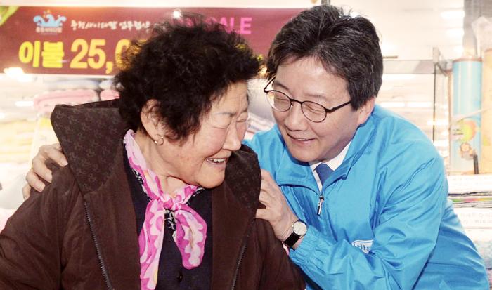 바른정당 유승민 후보가 10일 충북 청주 상당구 육거리시장을 찾아 여성 상인의 어깨를 감싸 안으며 인사하고 있다.