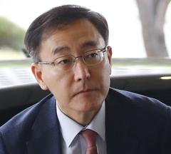 김수남 검찰총장이 17일 오전 서울 서초구 대검찰청으로 출근하고 있다. 검찰은 이날 박근혜 전 대통령을 뇌물수수 등 혐의로 기소했다.