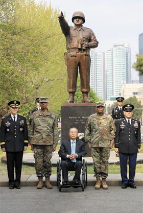 25일 서울 용산 미군 기지 미8군사령부에서 열린 월튼 워커 장군(6·25 당시 미8군사령관) 기념물 이전 행사에서 참석자들이 기념촬영을 하고 있다. 왼쪽부터 토머스 밴달 주한 미8군사령관, 빈센트 브룩스 주한 미군 사령관, 백선엽 예비역 대장, 스티븐 페이튼 주한 미군 주임원사, 리처드 메리트 미8군 주임원사.
