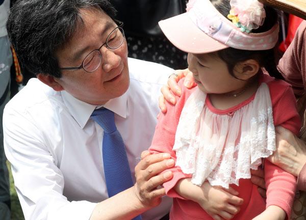 유승민 바른정당 후보가 5일 경기 과천 서울대공원을 찾은 어린이에게 인사하고 있다. /연합뉴스